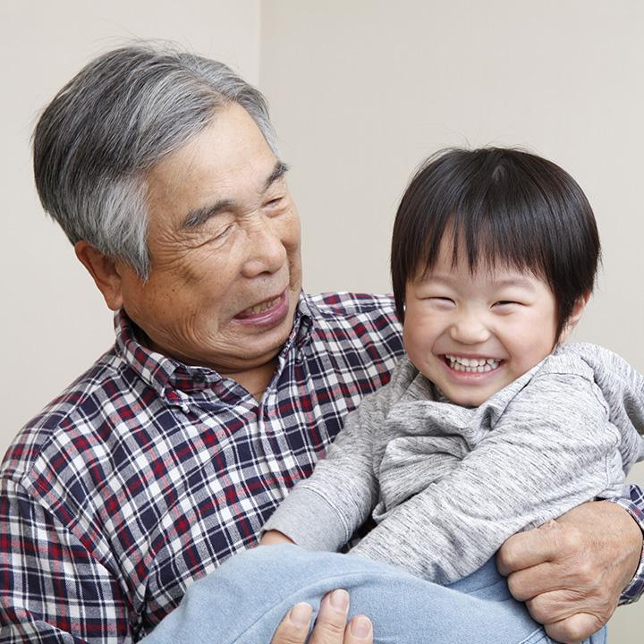 子どもと高齢者が共に過ごす